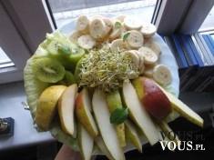 Witariańskie śniadanie, banan i jabłko zawinięte w liście salaty z kiełkami. Pycha!