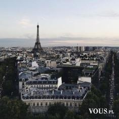 Widok w Paryżu na wieżę Eiffla, piękne czarne klimatyczne dachy. Ile kosztuje wycieczka do Paryża?