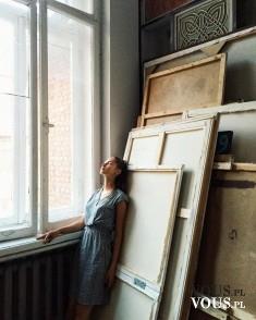 Klimatyczne wnętrze mieszkania, strych i obrazy. Czy stare płótno jest szkodliwe?