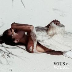 Kobieta w piasku, plaża i słońce. Gdzie najlepiej pojechać na tanie wakacje za granicę?