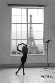 Sesja fotograficzna w =aryżu z widokiem na wieżę Eiffla, sala studyjna. Jak znaleźć pracę w Paryżu?