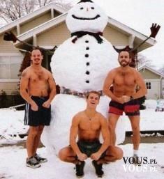Śmieszne zdjęcie świąteczne – nadzy mężczyźni z wielkim balwanem