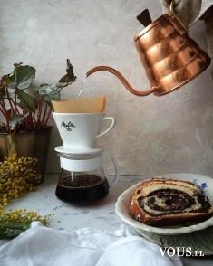 Piękny wystrój stołu, miedziany dzbanek jest mega. Gdzie kupię taki miedziany dzbanek na herbatę?