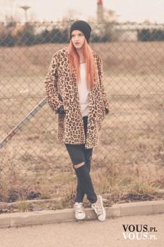 Stylizacja OTIANNA – panterkowy płaszcz z dziurami na kolanach i panterkowe tramapki, czar ...