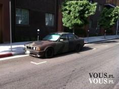 """Stare BMW pomalowane w """"moro"""", wojskowe BMW"""