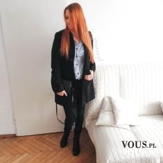 Stylizacja – czarny elegancki płaszcz z koszulą w granatowe paski, dodatki czarne oraz cza ...