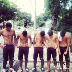 Pięciu pięknych i przystojnych mężczyn mężczyzn w szortach. Jak ćwiczyć by mieć fajną klatę?