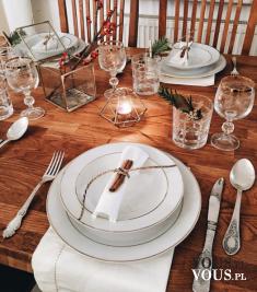 Wystrój stołu na święta. Tania zastawa wyglądająca na ekskluzywną. Białe serwetki ozdobione lask ...