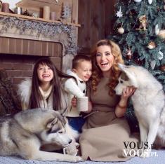 Piękna rodzinna sesja zdjęciowa świąteczna, mama, córka, syn i psy.