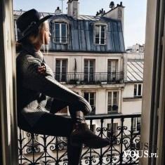 Kobieta siedząca na dachu w Paryżu, francuski, medytuje. Medytacja we Francji.