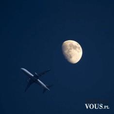 Noc i samolot i księżyc. Śliczne ujęcie na fotografii samolot i księżyc w nocy.Czy można latać w ...