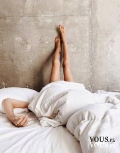 Poranne dylematy wstać czy nie wstać. Leżenie nogami do góry.