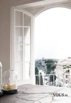 Widok z okna, marmurowa posadzka.