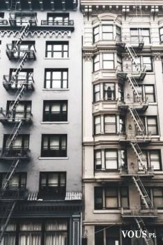 Proste budynki, uliczki Nowego Yorku.