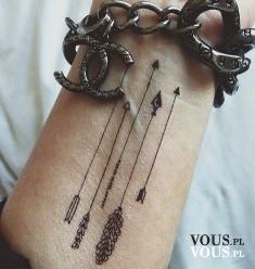 Delikatny misterny tatuaż na nadgarstku, strzałki delikatne, róża wiatrów
