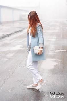 Stylizacja OTIANNA we mgle, look w jasnych pastelowych kolorach. Białe spodnie i szare slip on p ...