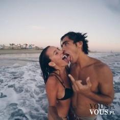 Wesołe wakacje w parze, zakochani na wakacjach, para,
