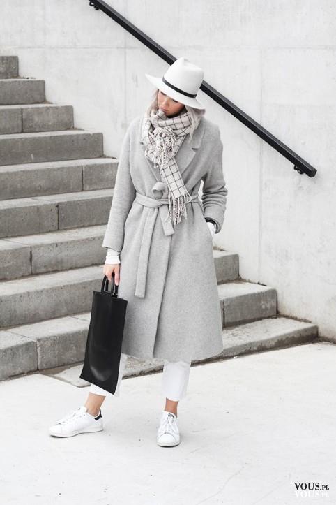Śliczna stylizacja w delikatnych kolorach. Połączenie szarości z bielą, biały kapelusz, szary pł ...