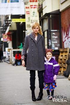 Moda na ulicy, modni przechodnie, kobieta z dzieckiem modnie ubrani
