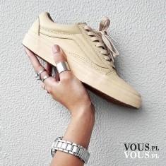 Beżowe sportowe buty