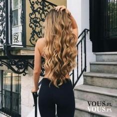 Cudowne długie kręcone blond włosy i idealna sylwetka. Jak zapuścić blond włosy do pasa?