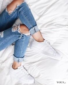 Spodnie jeans z dziurami na kolanach.