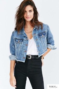 Świetna stylówka. Jeansowa kurtka z białym zwykłym topem i czarnymi spodniami.
