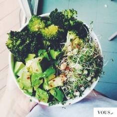 zdrowa sałatka z kiełkami, warzywami, sałatą