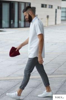 koszula z krótkim rękawem, szare spodnie i białe buty