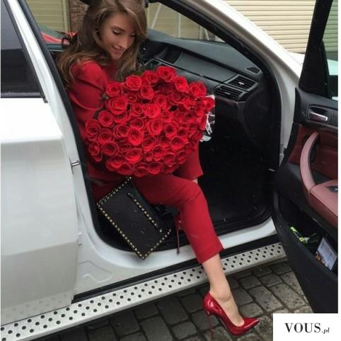 Kobieta z pięknym dużym bukietem róż ! Wszystkiego dobrego na Dzień Kobiet 2016!