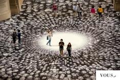 """Artysta JR w Paryżu robił zdjęcia ludziom na ulicy i przedstawił je w swoim projekcie""""Au Panthé ..."""