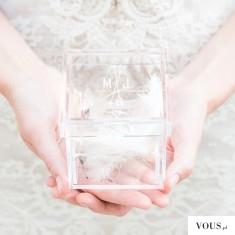 Tea and Becky Monogrammed Lucite Wedding Ring Box ($37) – przeźroczysta szkatułka