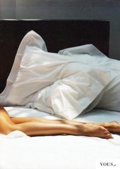 zgrabne nogi, oświetlone łóżko, ładne poduszki