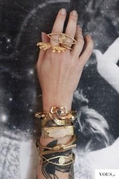 złote dodatki, złota biżuteria, duże pierścionki, stylowe złoto