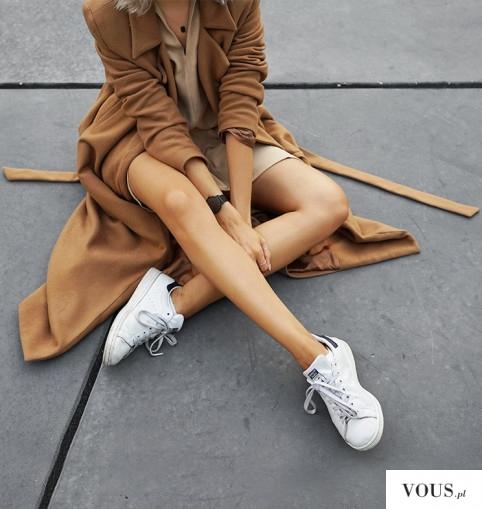 Beżowy płaszcz i bluzka do białych butów sportowych.