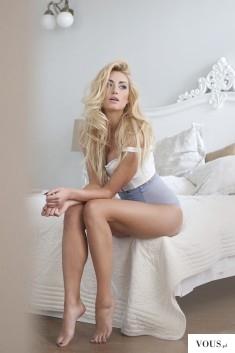 Zgrabna blondynka na pieknym łóżku.
