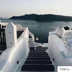 Wyjście na plażę. Czy można żyć w raju? W gracji są białe budynki nad wodą.