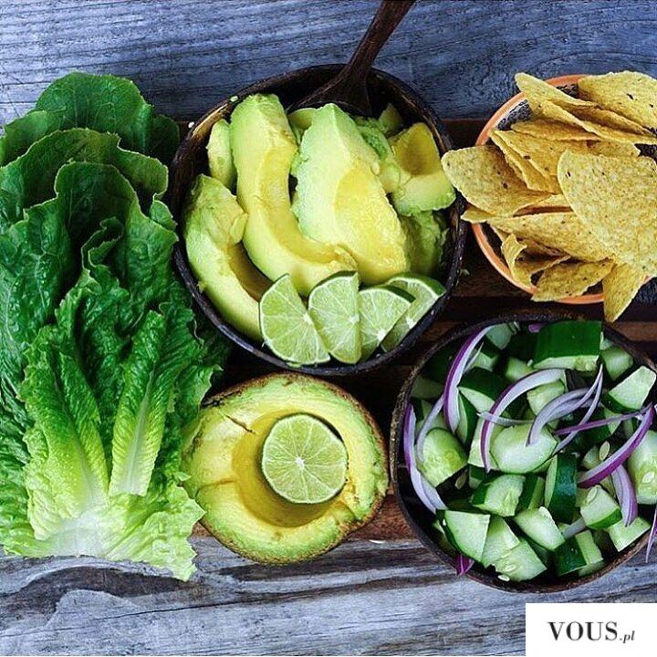 Pyszny posiłek z warzyw w kolorach zieleni i żółtego. Co to jest witarianizm? Co je osoba która  ...