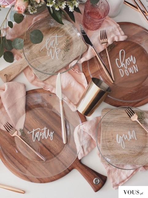 piekny beżowo różany wystrój – przeźroczyste talerze z napisami