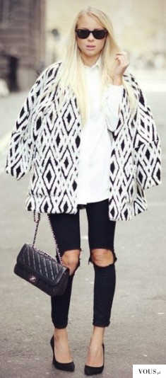 Stylizacja biało czarna, duże dziury na spodniach, na kolanach
