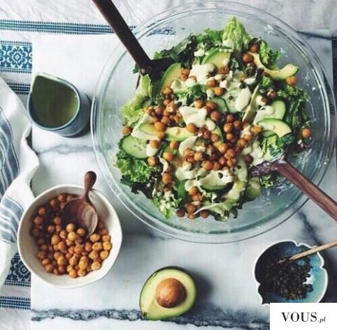 Propozycja na wegański obiad – awokado, ciecierzyca, brokuł i ogórek? Co można zjeść na ob ...