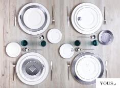 Piękna minimalistyczna zastawa stołu, drewniany stół i talerze w paski