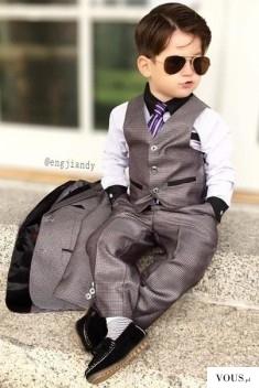 Elegancki młody pan, dziecko w garniturze