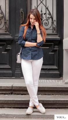 Prosta stylizacja na co dzień z granatową bluzką w prążki – OTIANNA