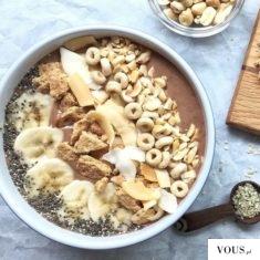 Owsianka z nasionami chia, bananem, orzechami owocami i płatkami, kardamon, cynamon i czekolada