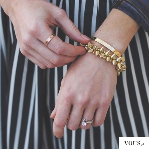 złota biżuteria, prosta bransoletka o bransoletka z kolcami, złoty pierścionek gładki