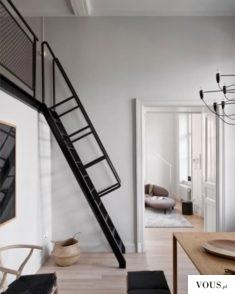 Piękne wnętrze z czarnymi schodami do antresoli