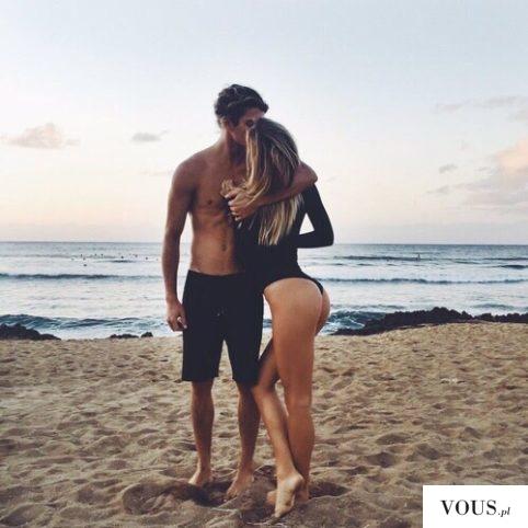 Zakochana para na plaży. Jak szybko schudnąć do lata?