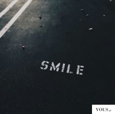 "uśmiech – ""smile"" napisane na ulicy"