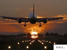 Przepiękny widok startującego samolotu na tle wschodzącego słońca